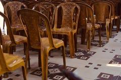 Стулья Брауна пластиковые в комнате стоковые изображения