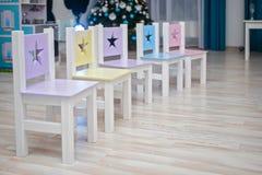Стулья в комнате детей Ягнит интерьер комнаты Стулья в классе детского сада preschool Много ярко покрашенных стульев для стоковые фотографии rf