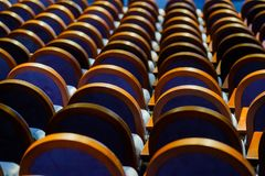 Стулья в строке на зале Стоковое фото RF