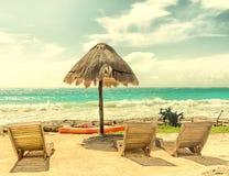 Стулья и зонтик на красивом тропическом пляже Стоковые Фотографии RF