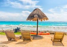 Стулья и зонтик на красивом тропическом пляже Стоковые Изображения RF