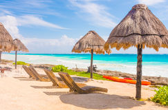 Стулья и зонтик на красивом тропическом пляже Стоковое Изображение RF