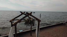 Стулья и свод вида с воздуха для свадебной церемонии в древесинах на бРвидеоматериал