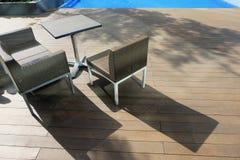 Стулья и таблица встают на сторону около идеала бассейна для концепции перемещения и каникул Стоковые Изображения RF