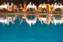 Стулья и таблица около бассейна на ресторане гостиницы стоковое изображение rf
