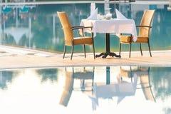 Стулья и таблица около бассейна на ресторане гостиницы стоковое фото rf