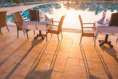 Стулья и таблица около бассейна на ресторане гостиницы стоковое изображение