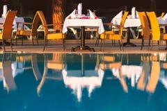 Стулья и таблица около бассейна на ресторане гостиницы стоковые фото