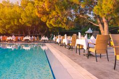 Стулья и таблица около бассейна на ресторане гостиницы стоковые изображения