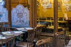 Стулья и таблица Café Парижа бистро крытые стоковое фото rf
