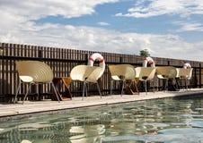 Стулья и таблицы на стороне бассейна Перемещение, каникулы, ослабляет концепцию Стоковое Изображение