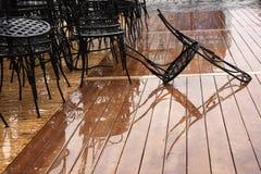 стулья кафа, городская мебель в дожде стоковые фотографии rf