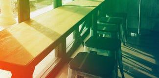 Стулья кафе и фото предпосылки солнечного света Стоковое Изображение
