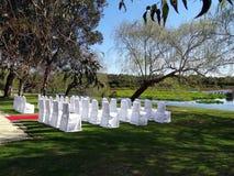 Стулья настроили для свадебной церемонии стоковые изображения rf