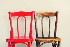 Стулья пар краснокоричневые около бежевого интерьера стены Стоковое Фото