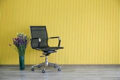 Стулья работая с желтой предпосылкой стоковые изображения rf