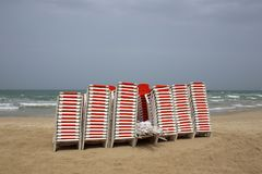 Стулья стоят на пляже морем Стоковые Фото