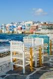 Стулья с таблицами в греческой харчевне в меньшей части Венеции городка Mykonos, Mykonos, Греции стоковое фото