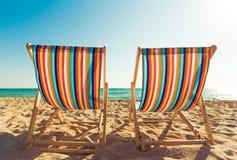 Стулья шезлонга Matcheswooden на пляже Стоковое Фото