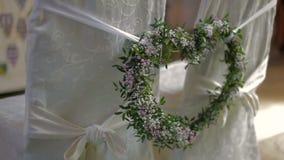 Стулья ` s жениха и невеста внутри церков сток-видео