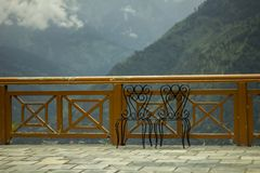 2 стуль на балконе на заднем плане гор стоковое фото rf