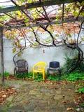 3 стуль против стены стоковое изображение rf