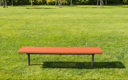 Стул Брайна длинный на лужайке Стоковое фото RF