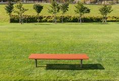 Стул Брайна длинный на лужайке Стоковое Фото
