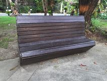 Стул деревянной скамьи в парке Стоковые Изображения