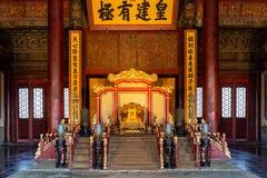 стул Дракон-древесины высекаенный с плюшкой золота стоковые фото