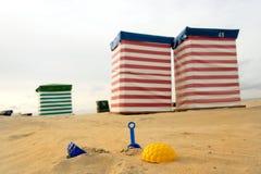 Стул и игрушки пляжа на море Стоковые Изображения