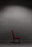 стул кирпича около стены Стоковое Фото