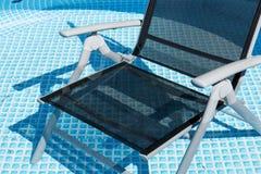 Стул, который нужно ослабить в бассейне Стоковая Фотография RF