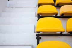 стул около желтого цвета выстилки Стоковая Фотография