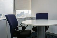 Стул офиса и белый круглый стол в конференц-зале Стоковые Изображения