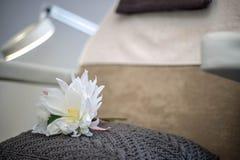 Стул салона красоты с белым цветком и лампой Стоковые Фото
