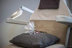 Стул салона красоты с белым цветком и лампой Стоковое фото RF