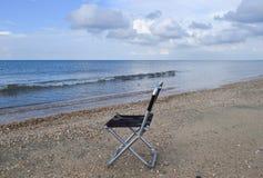 Стул складчатости морем Удобство к туристским остаткам морем стоковое фото rf