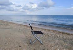 Стул складчатости морем Удобство к туристским остаткам морем стоковые фотографии rf