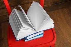 Стул с новыми книгами на предпосылке стоковые фотографии rf