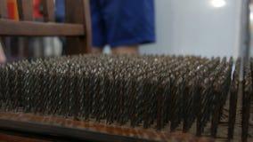 Стул с шипами металла или с ногтями утюга на конце места вверх по взгляду Концепция физики Музей науки сток-видео