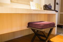 Стул таблицы шлихты в спальне хозяев для женщин составляет стоковая фотография rf