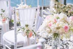 Стул украшенный с цветками в свадьбе стоковая фотография rf