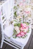 Стул украшенный с цветками в свадьбе стоковые фотографии rf