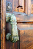 стучать руки двери Стоковые Фото