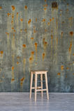 Стул барного стула на бетонной стене с пятнами ржавчины Стоковое Изображение RF