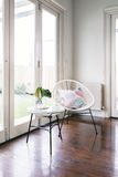 Стул белого стиля строки случайный и соответствуя бортовая таблица стоковые фото