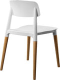 Стул белого цвета пластичный, современный дизайнер Стул на деревянных ногах изолированных на белой предпосылке вектор интерьера и Стоковые Фотографии RF
