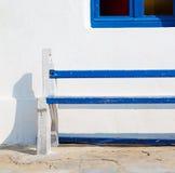 стул в острове Греции стенда paros старого около antiq кирпича Стоковое Изображение RF
