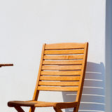 стул в острове Греции стенда paros старого около antiq кирпича Стоковое фото RF